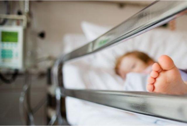Bimbo di due anni mangia un pezzo di hashish: è in ospedale