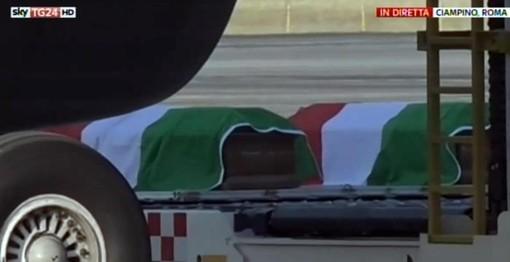 Dacca, tornano le salme delle vittime: a Ciampino Mattarella e Gentiloni
