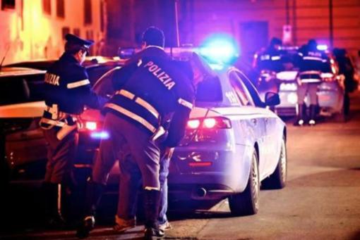 Colto in flagrante mentre ruba in auto: picchia un agente, insulta e minaccia. Arrestato biellese