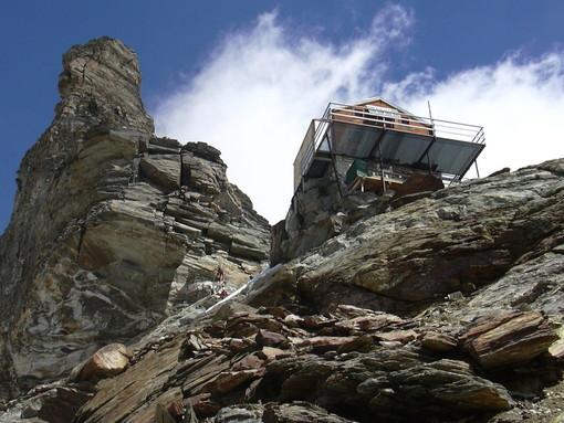 Cervino, tre alpinisti bloccati sotto la vetta. Soccorsi ostacolati dal maltempo