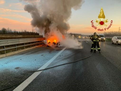 Dal Nord Ovest - Auto a fuoco mentre viaggia sull'A4