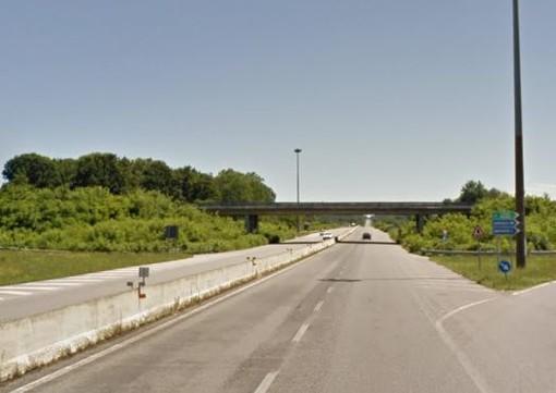 In difficoltà prende la superstrada in contromano