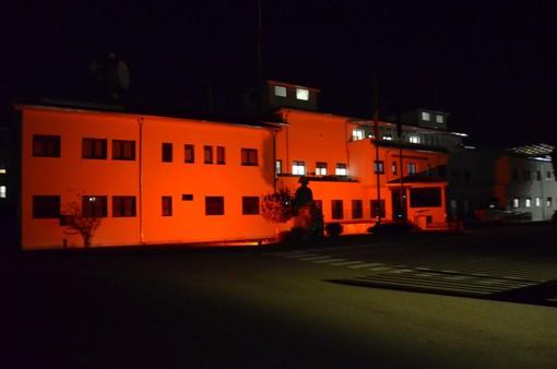 Biella - Giornata contro la violenza sulle Donne: la Caserma dei Carabinieri si illumina di arancione