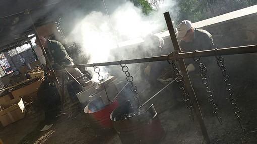 I volontari preparano la castagnata degli Angeli