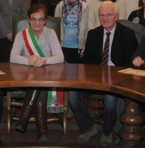 Mauro Masiero, nuovo primo cittadino di Sandigliano, accanto al sindaco uscente Anna Lanza