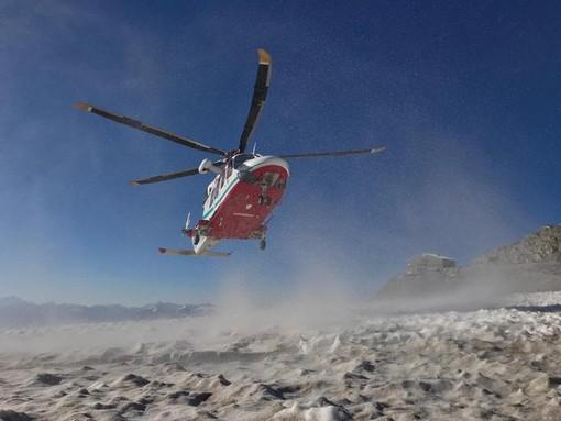 Dal Nord Ovest - Parapendista scivola per 200 metri sul Monte Bianco, recuperato illeso