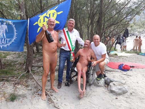 Tutti nudi a Varallo per l'inaugurazione della spiaggia naturista