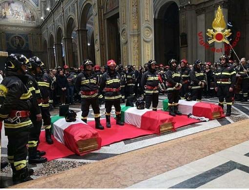 L'ultimo saluto a Antonio, Marco e Matteo i vigili del fuoco morti nell'esplosione di Quargnento
