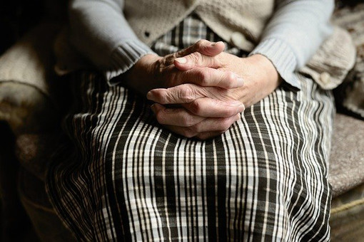 Quaregna Cerreto: Furto ai danni di una donna anziana nel parcheggio del supermercato