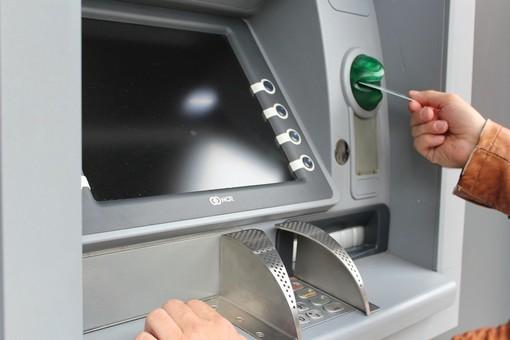 Clona il bancomat di una cittadina biellese e le ruba centinaia di euro