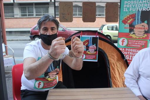 """A Torino un altro barista si ammanetta: """"Voglio lavorare, dormo qui anche a Pasqua"""" VIDEO e FOTO"""