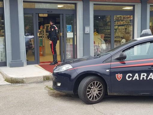 Cossato - Disturbano i clienti davanti a un supermercato. Allontanati dai Carabinieri.