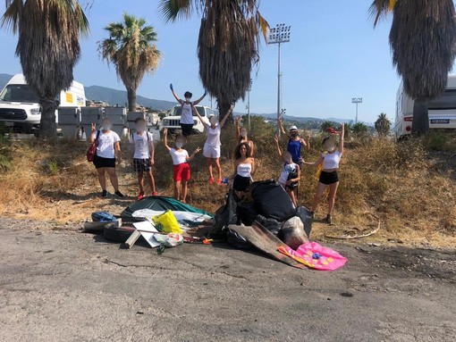 La biellese Carolina Lanatà ripulisce le spiagge di Sanremo con un manipolo di vacanzieri FOTO