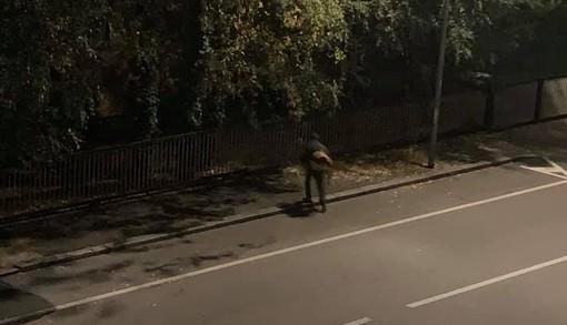 Biella, soffiatori in azione alle 7 in via Addis Abeba. Qualche cittadino si lamenta per l'orario
