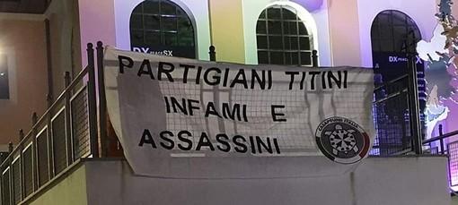 """Lo striscione di Casapound """"Partigiani titini infami e assassini"""" anche a Biella"""