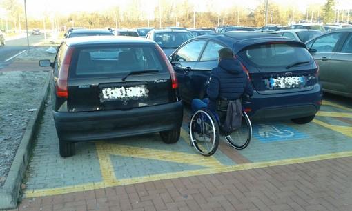 """Parcheggi """"anti-disabili"""" all'Ospedale, la segnalazione di un lettore"""