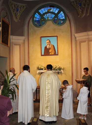 Bioglio, chiesa parrocchiale di Santa Maria Assunta, cappella con dipinto di Ilio Burruni, dedicata a fra' Nicola da Gesturi (Archivio)