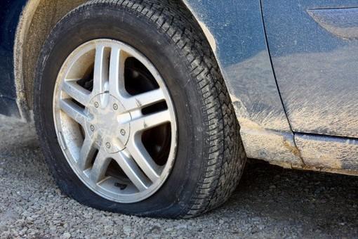 Foratura di una gomma in autostrada o batteria scarica: ecco come fare