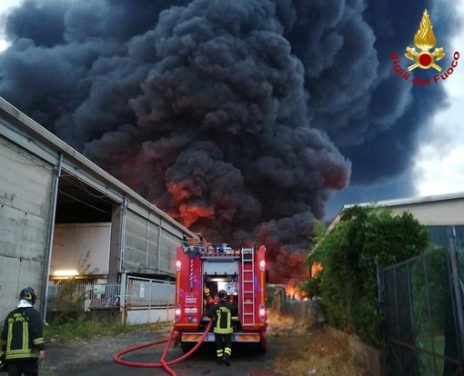 """Incendi aree di stoccaggio: """"nuovo tipo di terrorismo finalizzato a mettere a rischio la nostra salute"""""""