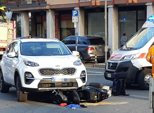 Finisce con lo scooter sotto le ruote di un'auto, brutto incidente a Cossato