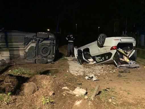 Incidente a Gaglianico, sfonda il muretto di un'abitazione distruggendo recinzione e due auto FOTO