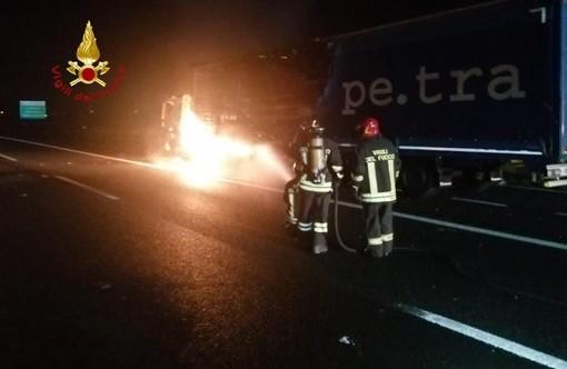 Incendio autoarticolato nella notte
