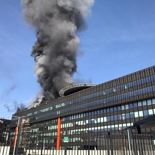 A fuoco l'ex palazzo Fiat, le colonne di fumo si vedono da ogni angolo di Torino VIDEO