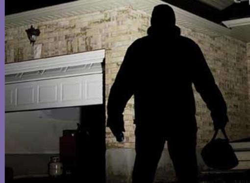 Benna: Ladri svuotano due garage