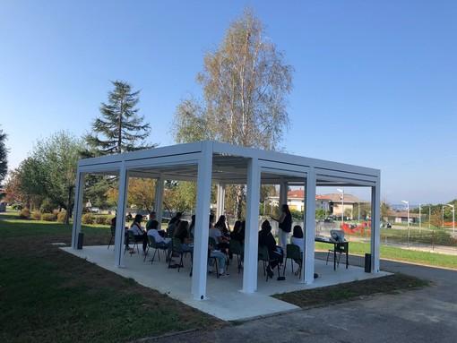 Lezione all'aperto al Liceo di Cossato, il simbolo di una ripartenza tranquilla