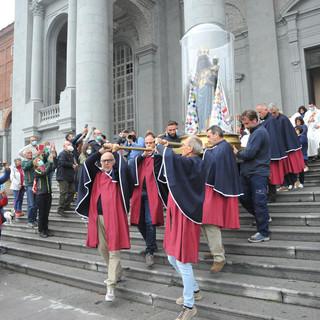 Il momento in cui la statua della Madonna torna nella basilica vecchia, foto studio Fighera