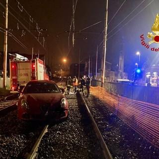 Imbocca la linea ferroviaria e rimane bloccato sui binari