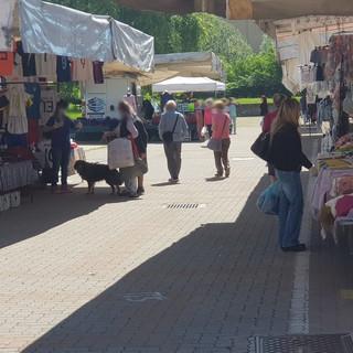 Il nuovo decreto non tocca il mercato: Come ogni sabato bancarelle al completo in piazza Falcone