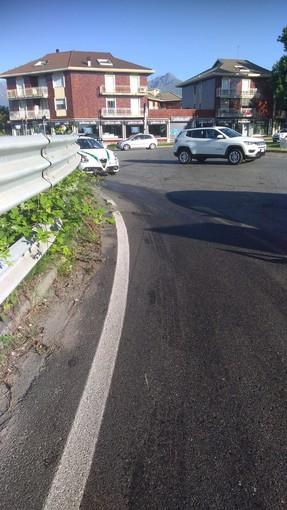 Biella: Scia d'olio sul manto stradale, ragazza in motorino scivola e cade