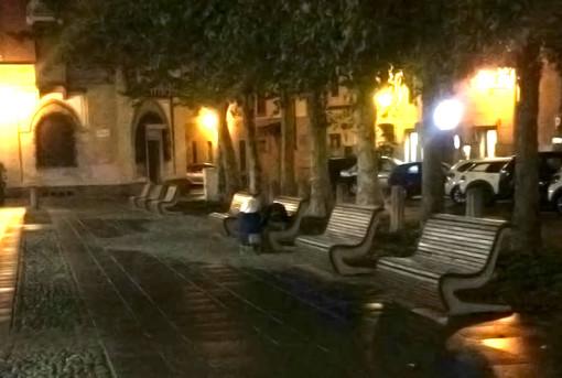 """Dorme sotto la pioggia su una panchina di Piazza Duomo, un lettore: """"Inaccettabile"""""""