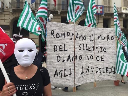 """""""Basta, non siamo invisibili"""": sotto la Regione la protesta dei lavoratori delle Rsa"""