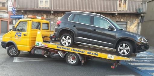Biella, parcheggi selvaggi: non entra in garage, sanzione per l'automobilista incauto