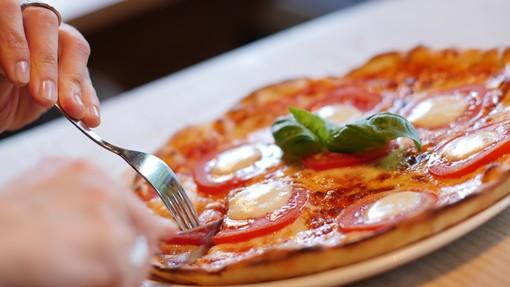 Pizza servita in piazza a Cossila con i ragazzi dell'oratorio