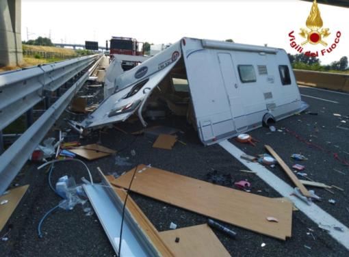Tamponamento in autostrada: roulotte va in mille pezzi - Cronaca dal Nord Ovest