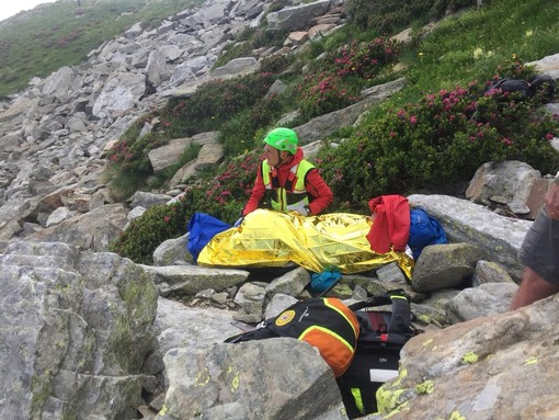 Cade rovinosamente per 40 metri, escursionista recuperato dal soccorso alpino -Cronaca del Nord Ovest
