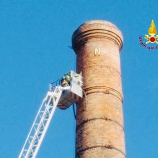Messa in sicurezza di un'antica ciminiera, Vigili del Fuoco a Gattinara con la scala aerea