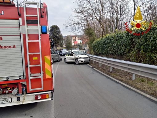 Incidente stradale ad Invorio: una persona incastrata nell'auto