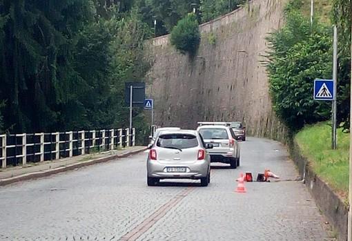 Buca in via Cernaia, un automobilista si chiede quando avverrà la sistemazione