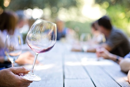 Canta Cammin Gustando al tramonto sulle colline di Viverone, protagonisti vino locale e piatti tipici